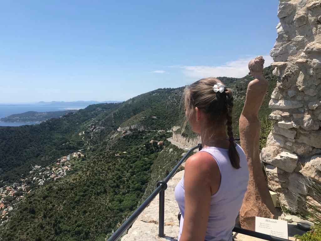 Blick auf Mittelmeer und Cap d'Antibes vom Jardin Exotique in Eze, im Vordergrund Skulptur Melisande von Jean-Philippe Richard und Frau, die auf das Meer schaut